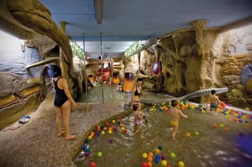 Cinco hoteles para viajar con ni os centraldereservas for Hoteles con piscina en cuenca