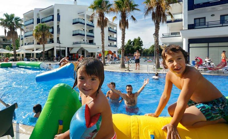 Hoteles con toboganes en Tarragona, Cataluña. Apartamentos Pins Platja (Cambrils)